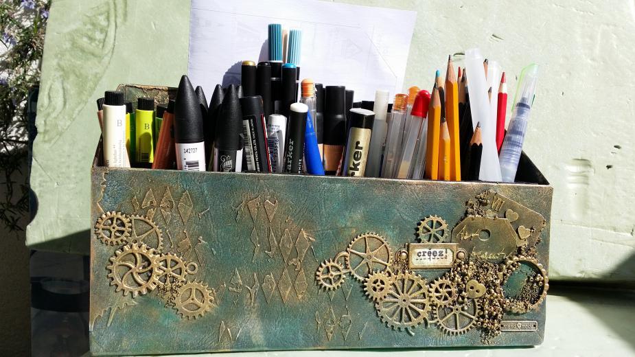 Ceruzatartó pizzásdobozból és papírgurigából