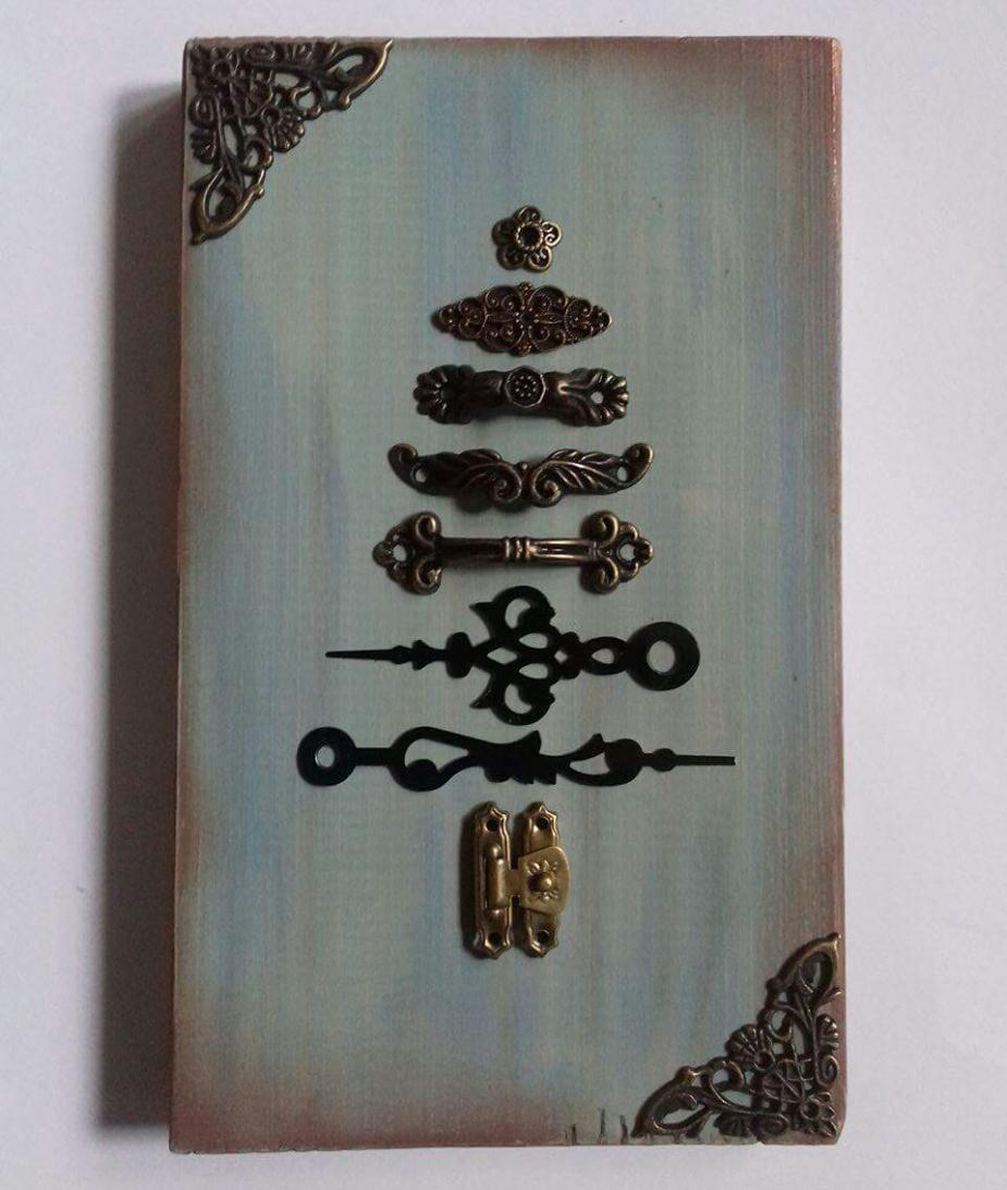 Fenyőfa deszkán-karácsonyi dekoráció